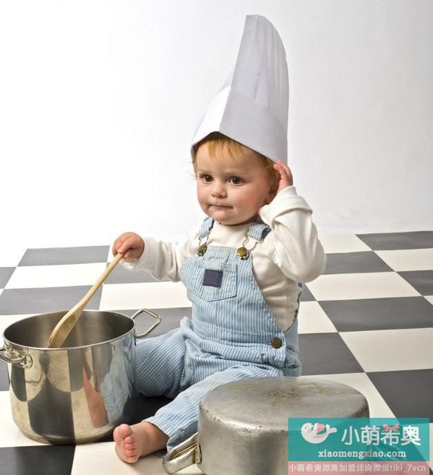 越早学会用水杯宝宝越聪明